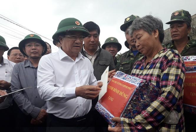 Phó Thủ tướng Trịnh Đình Dũng tặng quà cho người dân thôn Hải Nam, xã Nhơn Hải. Ảnh: Tr.Định