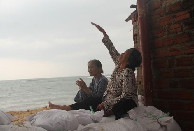 Người dân tại thôn Hải Nam (xã Nhơn Hải) chia sẻ, chưa bao giờ phải chịu liên tiếp 2 cơn bão độ vào mà chỉ cách vài ngày.