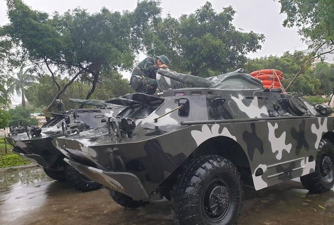 Xe bọc thép BRDM-2 được huy động sẵn sàng giúp dân trong bão số 6. Ảnh: Tr.Định