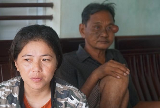 Vợ và cha của ngư dân Huỳnh Xuân Phi chờ người thân. Ảnh: Trương Định