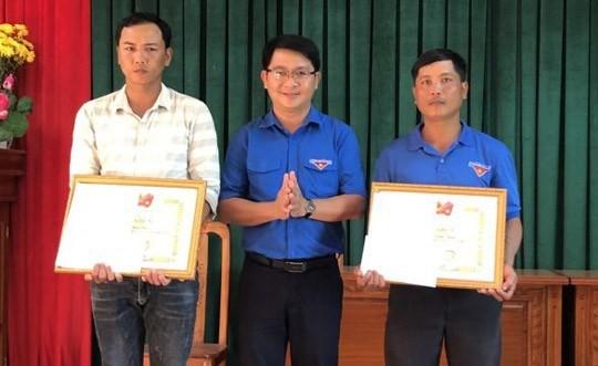 Tỉnh Đoàn Bình Định tặng bằng khen cho 2 thanh niên dũng cảm cứu người trong cơn lũ lụt.