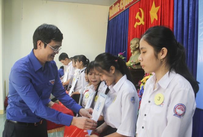 Bí thư Thường trực Bùi Quang Huy trao quà cho các em học sinh. Ảnh: Trương Định