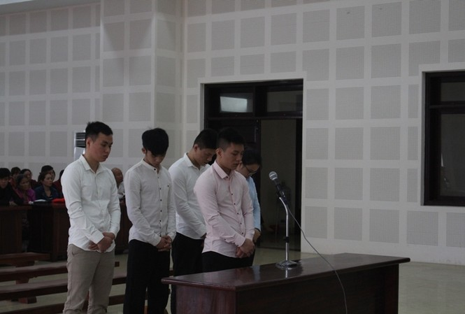 Các bị cáo Nguyễn Ngọc Hùng, Nguyễn Thành Nam, Hồ Tô Rít, Nguyễn Thị Tường Vy, Hồ Đăng Khánh tại tòa. Ảnh: Giang Thanh