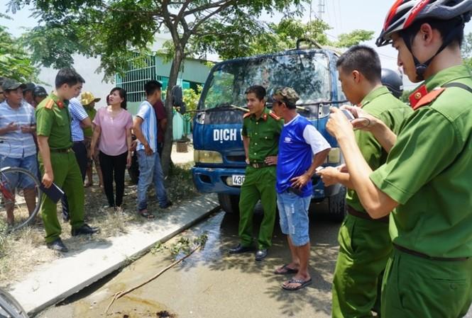 Lực lượng chức năng phát hiện đối tượng xả trộm 2730 kg nhớt thải vào cống thoát nước đô thị