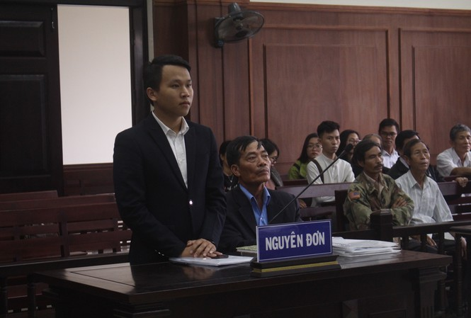 Ông Dương Văn Hòa (đang ngồi ở bục nguyên đơn) khởi kiện VKSND tỉnh Quảng Trị và đòi bồi thường gần 18 tỷ do bị khởi tố oan hơn 10 năm