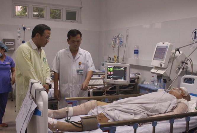 Ông Khuất Việt Hùng, Phó Chủ tịch chuyên trách Uỷ ban An toàn giao thông Quốc gia trao đổi với bác sĩ Huỳnh Đức Phát, Trưởng khoa Gây mê hồi sức - Bệnh viện Đà Nẵng về tình trạng của nạn nhân Nguyễn Văn Tốt