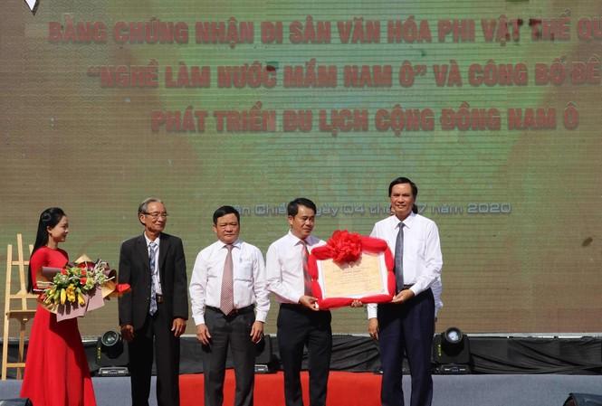"""UBND quận Liên Chiểu đón nhận bằng di sản văn hóa phi vật thể quốc gia đối với làng nghề nước mắm Nam Ô và công bố đề án """"Phát triển du lịch cộng đồng Nam Ô"""" với tổng kinh phí đầu tư hơn 46 tỷ"""