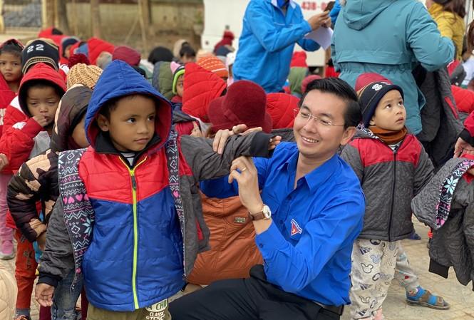 Hàng trăm chiếc áo ấm, các suất học bổng đã được Thành Đoàn, Hội đồng Đội TP Đà Nẵng mang đến với các em khó khăn ở vùng núi khó khăn các tỉnh Quảng Bình, Quảng Trị