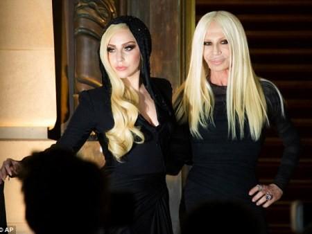 Lady Gaga cực xinh sánh bước cùng nhà thiết kế Donatella Versace