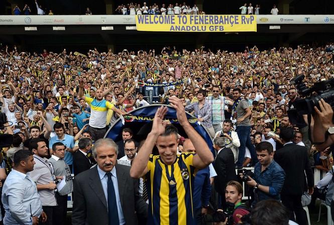 Van Persie được các CĐV Fenerbahce chào đón nồng nhiệt.
