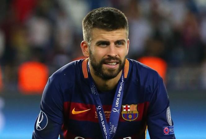 Pique suýt mất 7,5 triệu bảng để mua áo cho các fan.