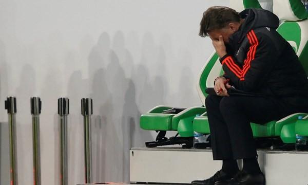 Nỗi thất vọng của Van Gaal sau trận đấu.