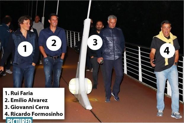 HLV Jose Mourinho và những trợ thủ đắc lực của mình.