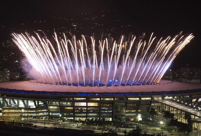 Pháo hoa rực sáng sân Maracana trong đêm khai mạc Olympic 2016.
