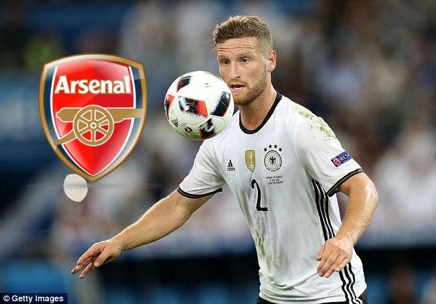 Shkodran Mustafi trên đường gia nhập Arsenal.