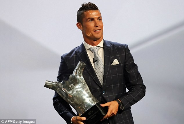 Ronaldo muốn chơi bóng thêm 10 năm nữa cho Real Madrid và Chủ tịch Perez cũng muốn như vậy. Ảnh: Marca.