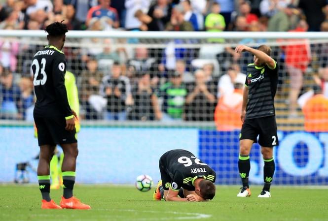 Terry dính chấn thương khả nặng lúc cuối trận.