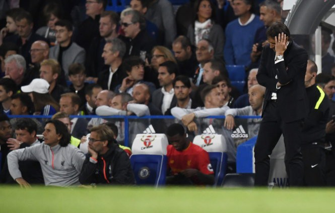 HLV Conte thất vọng khi Chelsea để thua Liverpool 1-2.