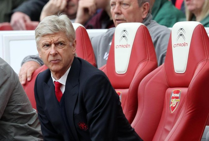 HLV Wenger không vui vì nhiều CĐV Arsenal liên tục phản đối mình.