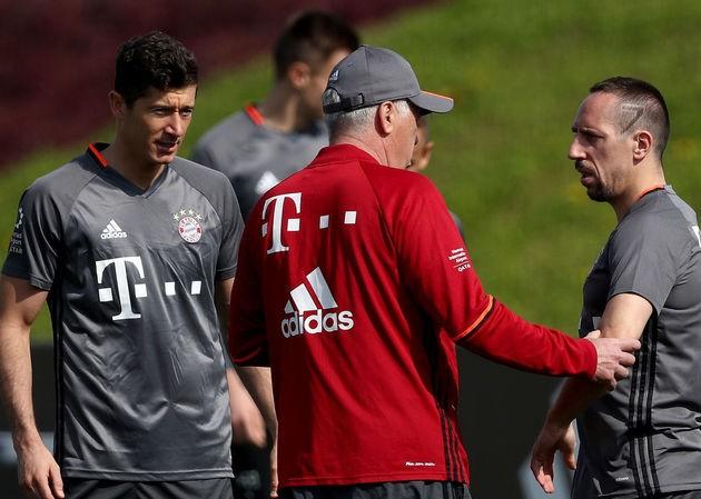 HLV Ancelotti khẳng định Lewandowski sẽ không rời Bayern Munich.
