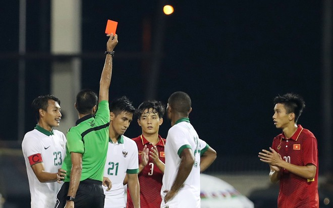 Hanif Sjahbandi bị treo giò ở trận tiếp theo vì thẻ đỏ. Ảnh: Vnexpress