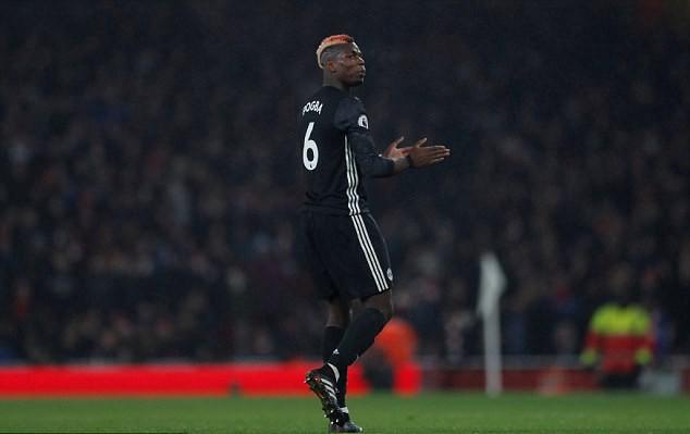 Pogba vỗ tay mỉa mai trọng tài khi bị đuổi khỏi sân.