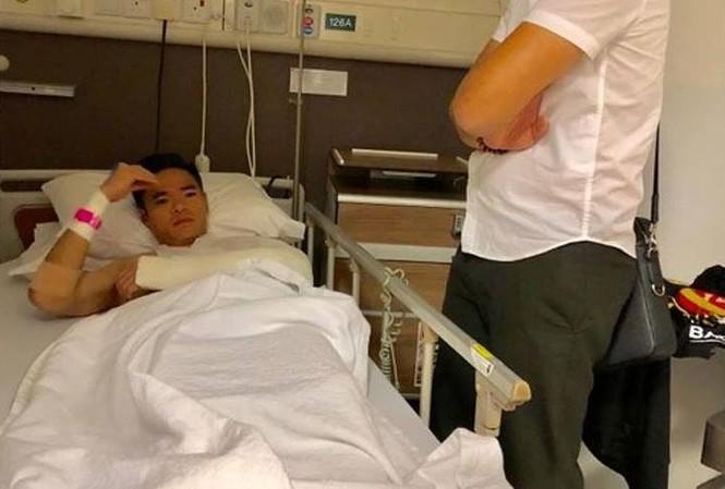 Thủ môn Trần Nguyên Mạnh nằm trong bệnh viện.