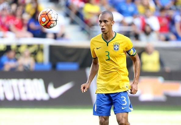 Miranda sẽ đeo băng thủ quân khi Brazil đấu Serbia.