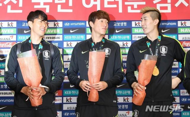Các thành viên ĐT Olympic Hàn Quốc được chào đón tại quê nhà.