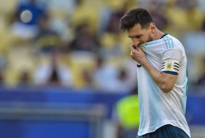 Messi phàn nàn về mặt sân tại Copa America 2019.