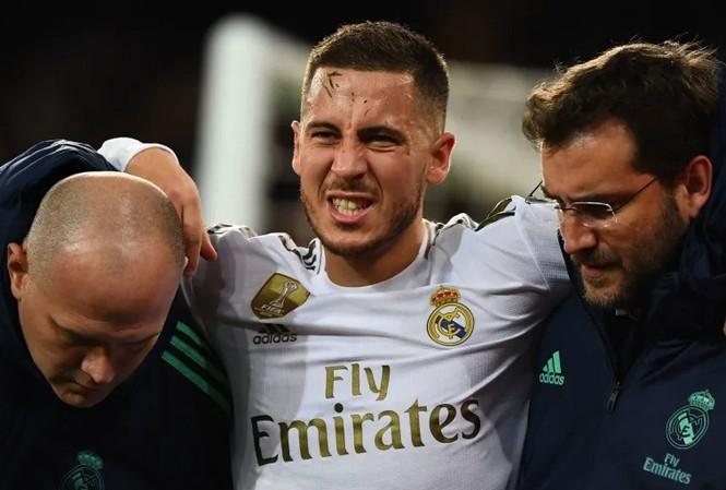 Eden Hazard rời sân sớm vì dính chấn thương.