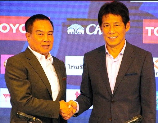 Chủ tịch Somyot và ông Nishino trong lễ ký hợp đồng đầu tiên hồi giữa tháng 7.