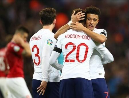 Chelsea muốn chiêu mộ Jadon Sancho (phải) trong hè 2020.
