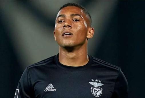 Carlos Vinicius trên đường gia nhập Tottenham.