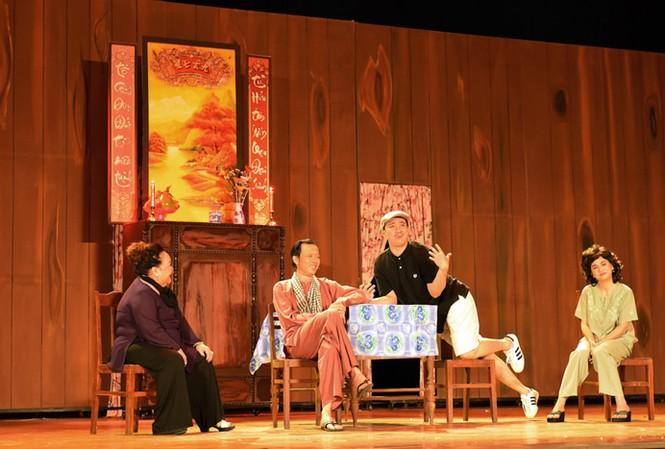 Hoài Linh trên sân khấu trong một liveshow