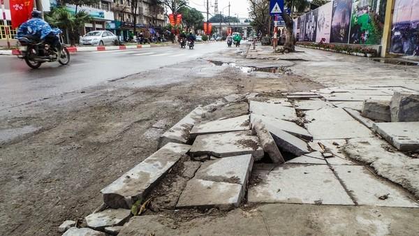 """Vỉa hè lát đá tự nhiên """"bền 70 năm"""" ở nhiều tuyến phố vừa lát đã bị vỡ, bong tróc."""