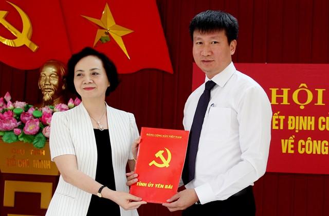 Bí thư Tỉnh ủy Yên Bái Phạm Thị Thanh Trà trao quyết định cho đồng chí Trần Huy Tuấn