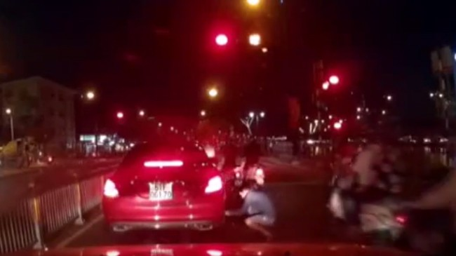 Trộm ngang nhiên cạy logo Mercedes chờ đèn đỏ ở TPHCM
