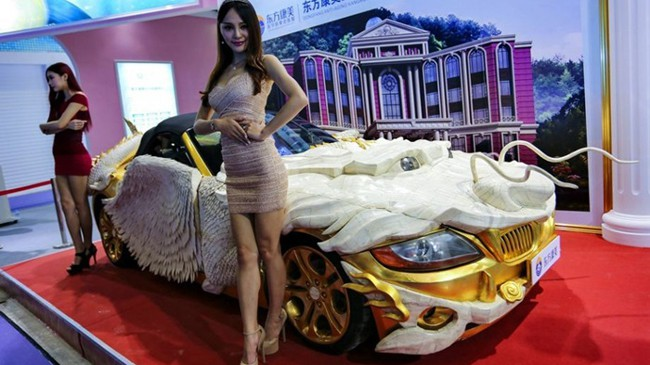 Một chiếc BMW Z4 tai triển lãm ô tô ở Quảng Châu (Trung Quốc) thu hút mọi người với bên ngoài được mạ vàng và thiết kế theo hình rồng ấn tượng
