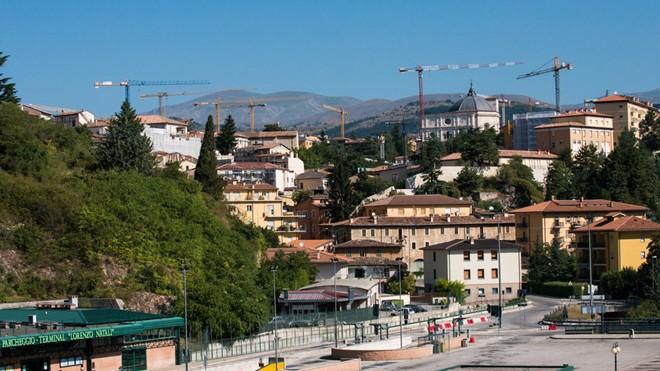 Thị trấn L'Aquila, Italy nhìn từ hướng đông nam. L'Aquila cách khoảng 50 km so với thị trấn Amatrice - tâm chấn của trận động đất 6,2 độ Richter khiến hàng trăm người chết và bị thương xảy ra vào ngày 24/8 vừa qua. Vào ngày 6/4/2009 nơi đây đã hứng chịu m