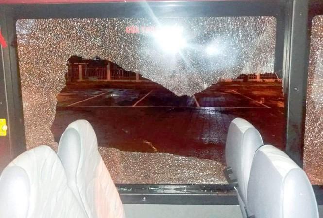 Cửa kinh xe buýt bị đập bể