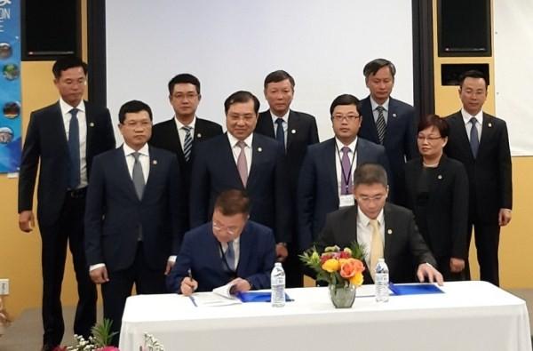 Ông Huỳnh Đức Thơ, Chủ tịch UBND TP Đà Nẵng cùng lãnh đạo TP chứng kiến việc ký kết các ghi nhớ tại tọa đàm. Ảnh: Danang.gov.vn