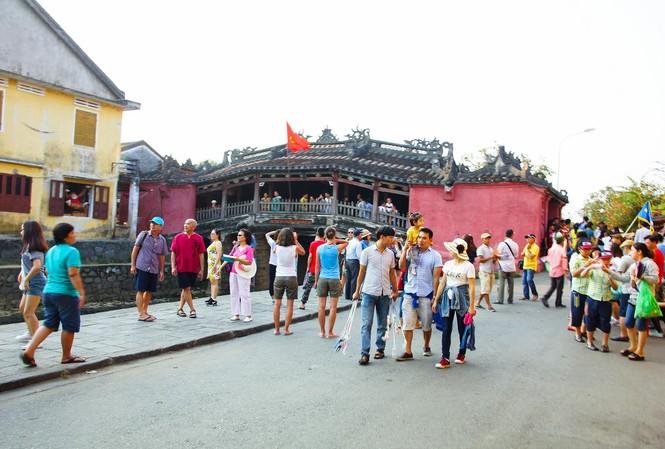 Du khách tham quan phố cổ Hội An