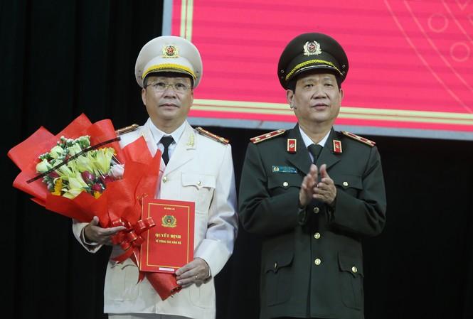 Trung tướng Nguyễn Văn Sơn trao quyết định bổ nhiệm của Bộ Công an cho Đại tá Nguyễn Đức Dũng.