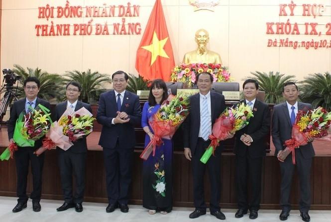 Ông Huỳnh Đức Thơ, Chủ tịch UBND TP Đà Nẵng tặng hoa cho các nhân sự vừa được bầu và miễn nhiễm.