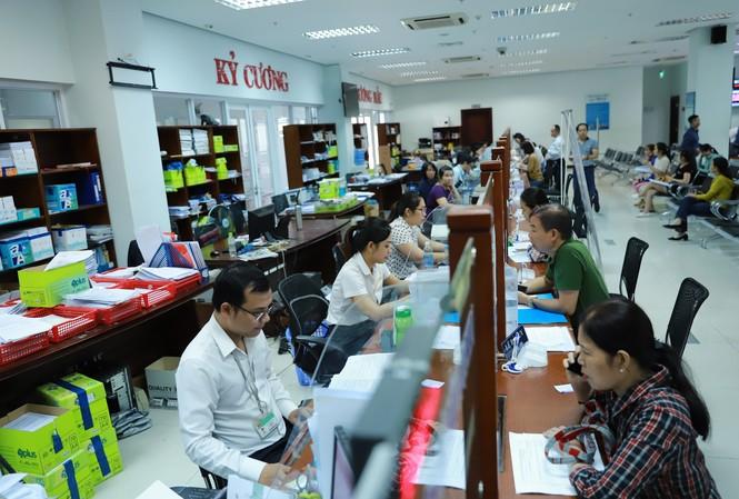 Người dân đến giao dịch tại bộ phận một cửa, Trung tâm hành chính TP Đà Nẵng.