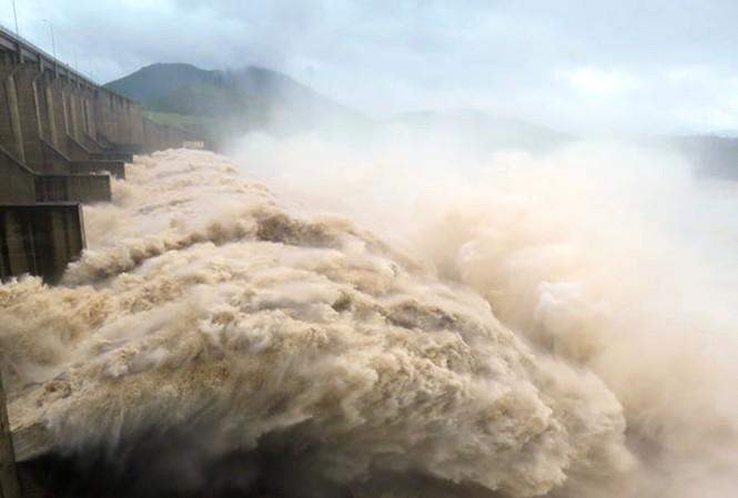 Sáng mai, đồng loạt hồ thủy điện Sơn La, Hòa Bình mở một cửa đáy xả lũ