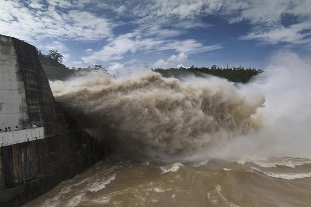 Mưa lớn khiến các hồ thủy điện phải đồng loạt xả lũ