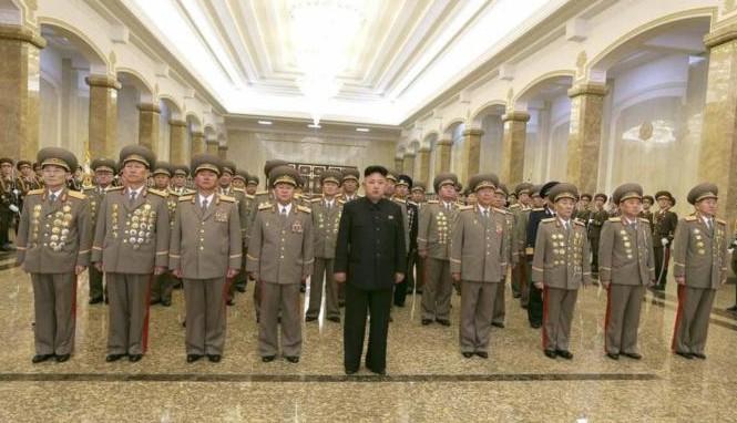 Lãnh đạo Kim Jong Un cùng các quan chức cấp cao đến thăm Cung Kumsusan hôm 16/2