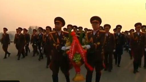 Quân nhân đến đặt hoa tại tượng đài cố Chủ tịch Kim Jong Il nhân ngày sinh nhật hôm 16/2